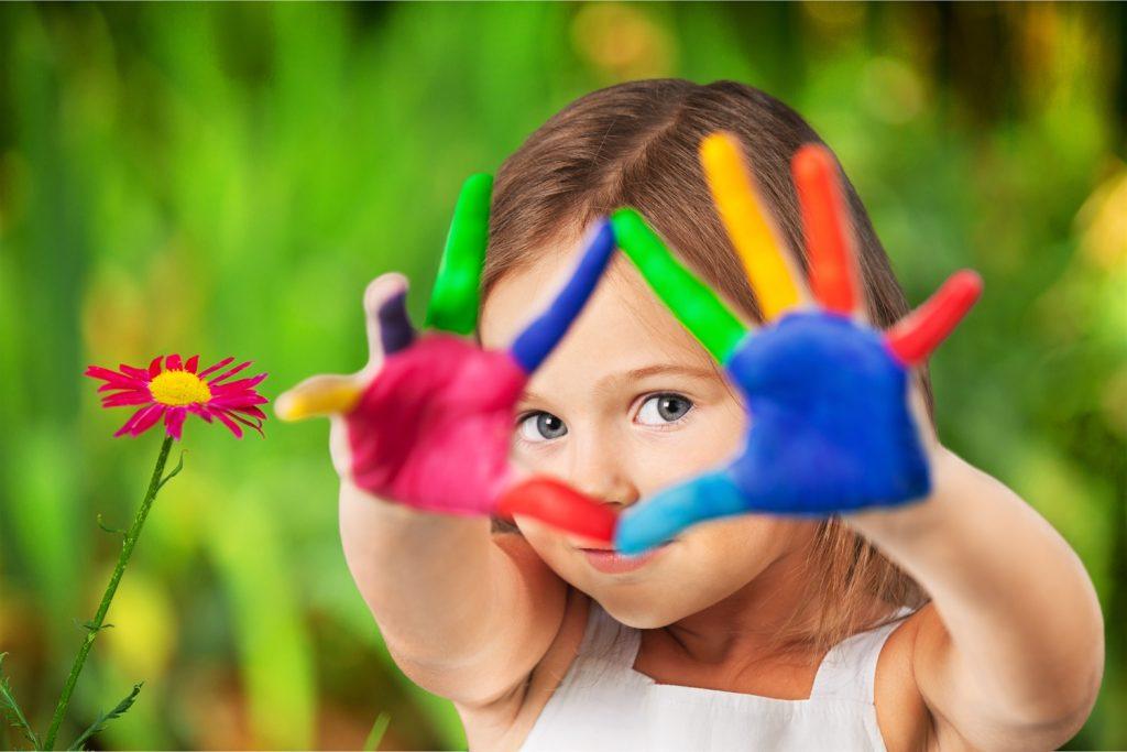 maedchen spielt mit fingerfarben